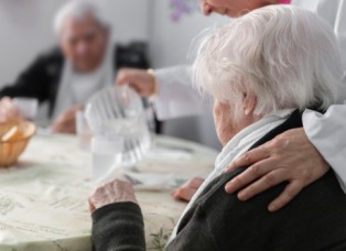 ancianos  comiendo02_web